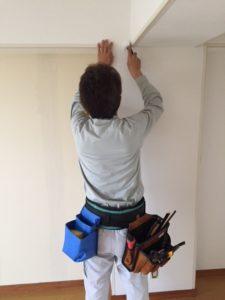 壁紙を張る人