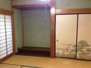 かびで染みになった和室の壁