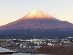 夕陽で化粧をした富士山