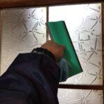 ガラス戸にフィルム施工中