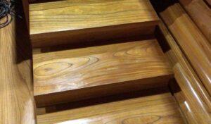 滑りやすい階段